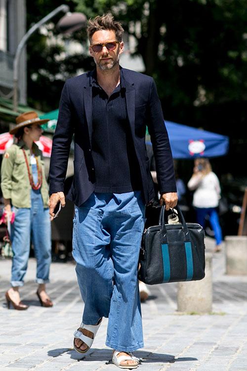 紺テーラードジャケット×フレアデニムパンツ×サンダル