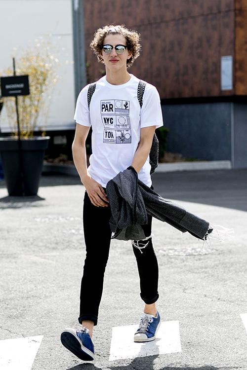 白Tシャツ×黒スキニー×adidasスーパースター紺
