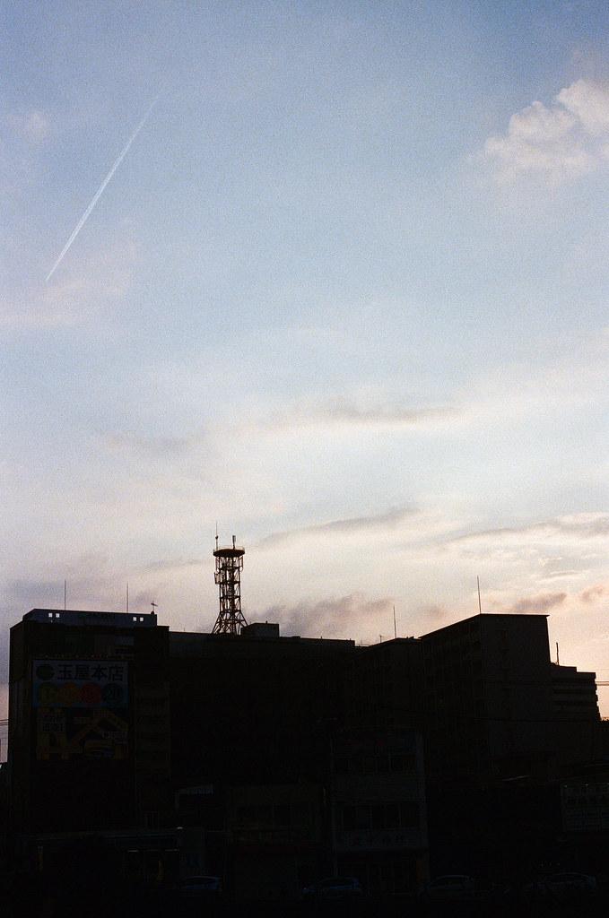 博多 福岡 Fukuoka 2015/09/04 這應該是在博多車站附近了。這一天是我最後一天待在福岡,還是很喜歡福岡的氣氛,這裡真的還可以再來慢慢過生活,或是打發時間 ...  Nikon FM2 / 50mm Kodak UltraMax ISO400 Photo by Toomore
