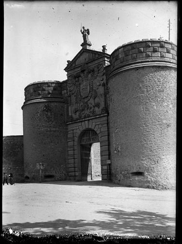 Puerta de Bisagra en Toledo hacia 1920. Fotografía de Enrique Guinea Maquíbar © Archivo Municipal de Vitoria-Gasteiz