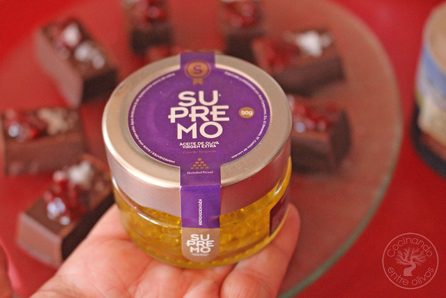 Bombones de chocolate, aove, guindilla y sal www.cocinandoentreolivos.com (14)