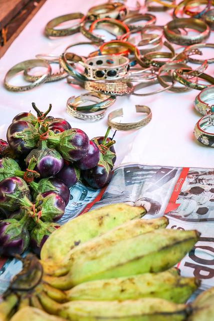 fruits and silver bangles in the market, Luang Prabang, laos ルアンパバーンの青空市場、果物とアクセサリーが一緒に売られていた