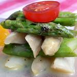 Salat vom gebratenen grünen und weißen Spargel mit Orangen-Vinaigrette