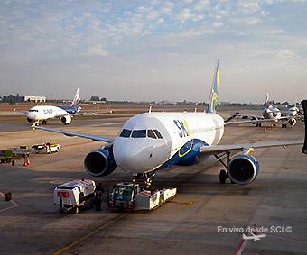 Sky Airline A319 push back con avión de LAN (RD)
