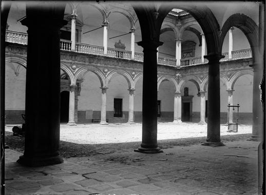 Patio del Hospital Tavera en Toledo hacia 1920. Fotografía de Enrique Guinea Maquíbar © Archivo Municipal de Vitoria-Gasteiz