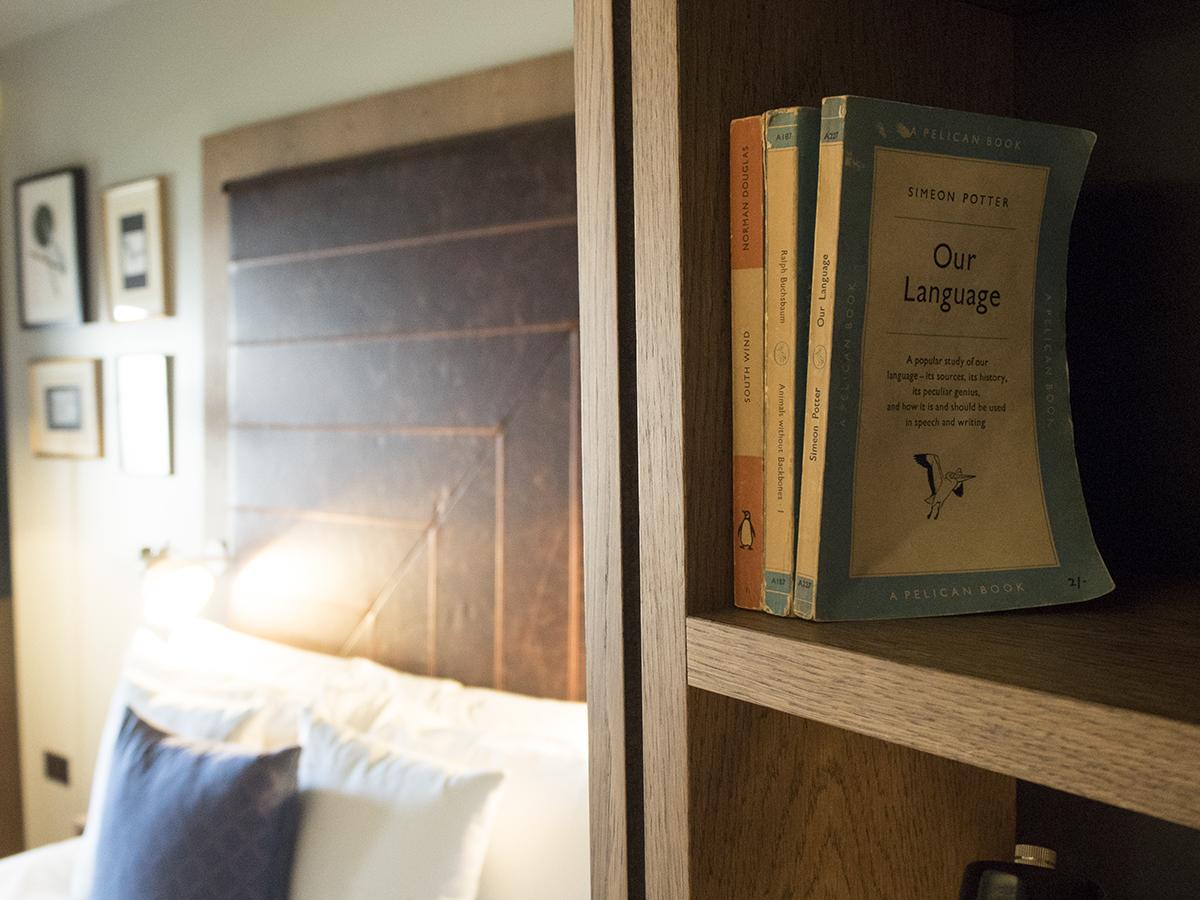 book-shelf-shoebox-room-hoxton-hotel