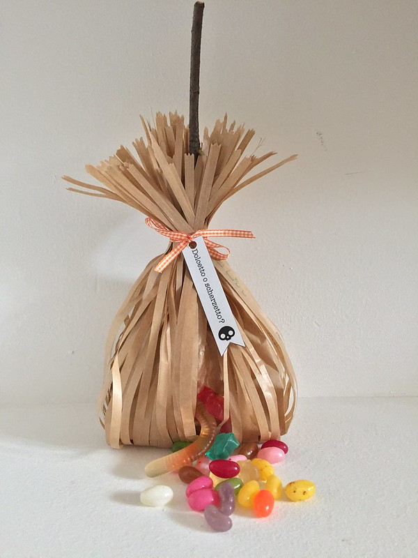 dolcetto-o-scherzetto-tutorial-Halloween-scopa-strega-di-caramelle-dolcetti-witch-s-brooms
