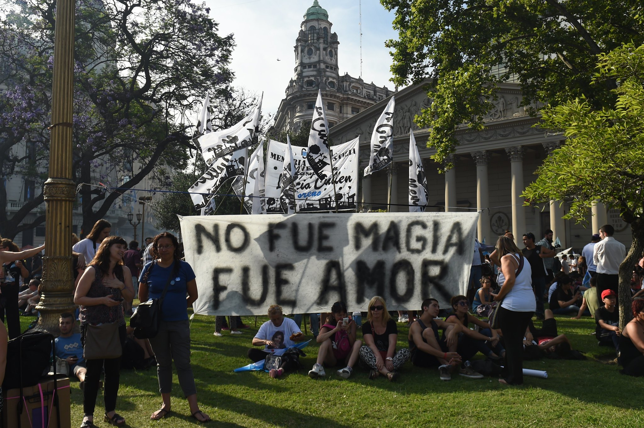 Argentinos despiden a Kirchner y dan la bienvenida a Macri