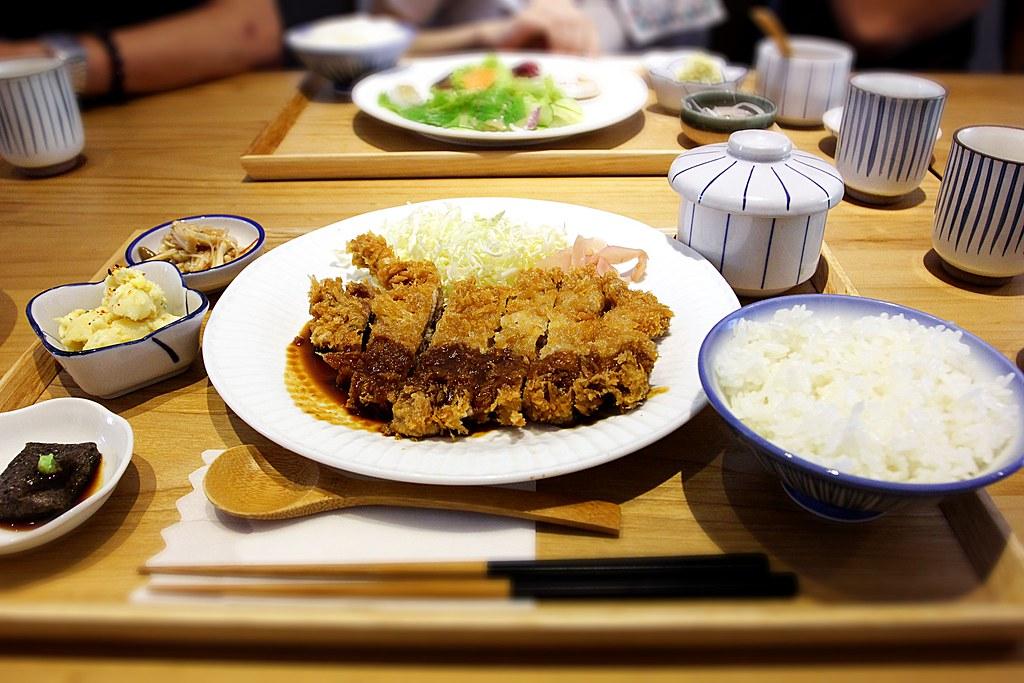 味噌炸豬排定食,有一主菜,白飯,湯,三盤小菜