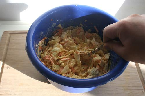 34 - Salat gründlich vermengen / Mix salad