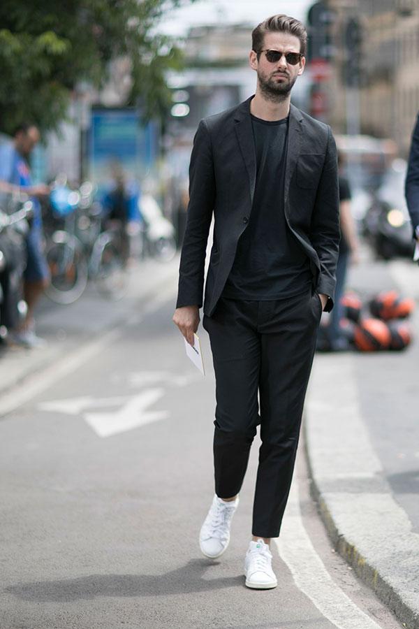 黒スーツ×黒無地Tシャツ×adidasスタンスミス