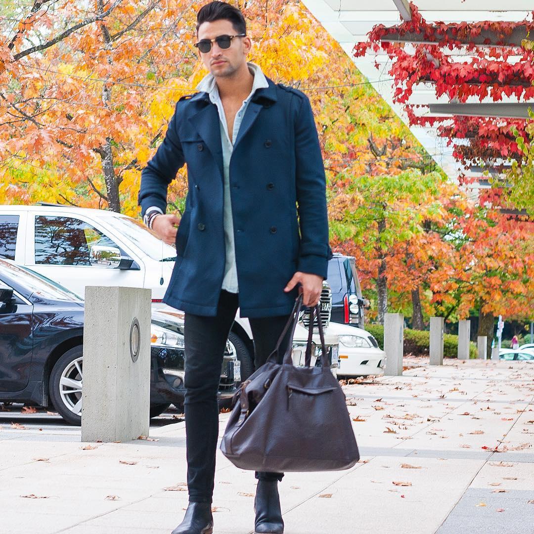 ネイビートレンチコート×デニムシャツ×黒スキニーパンツ×黒ブーツ