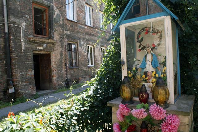 Statue de Marie dans une cour de Praga à Varsovie.