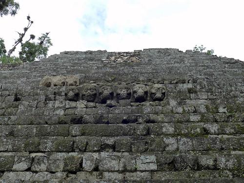 Una serie di teschi a Copan Ruinas