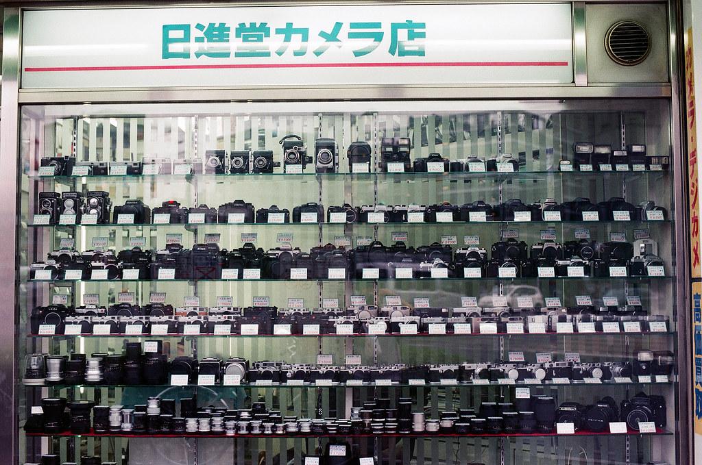 二手相機 的場町 広島 Hiroshima 2015/08/31 的場町的路口是一間二手相機店,我有仔細的看了一下沒有我想要的相機。  Nikon FM2 / 50mm AGFA VISTAPlus ISO400 Photo by Toomore