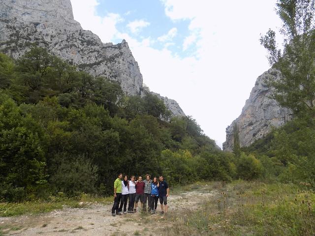 Voluntarios en el Parque Nacional de Picos de Europa, en un prado con las montañas al fondo