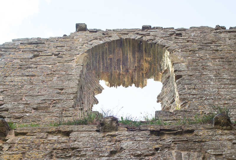 5 clun castle window ledges