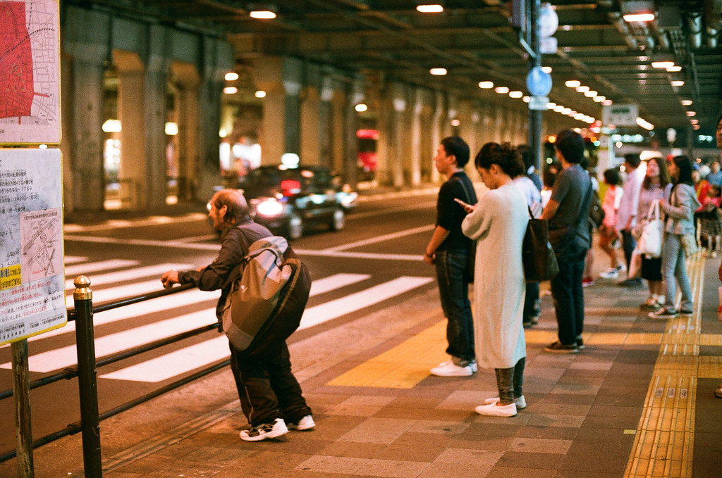 大阪駅 Osaka 2015/09/21 大阪駅要走過梅三小路的路口。  Nikon FM2 Nikon AI Nikkor 50mm f/1.4S AGFA VISTAPlus ISO400 Photo by Toomore