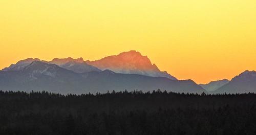 sunset orange mountain misty germany bayern bavaria dawn evening twilight dusk oberbayern upperbavaria berge dämmerung alpen hazy alpenglow abendrot zugspitze abendstimmung abends alpenglühen dietramszell alpineglow claudemunich wettersteingebirge ostalpen jasberg badtölzwolfratshausen