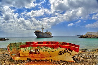 Immagine di Playa de Barlovento vicino a Arrecife. lascaletas lanzarote beach shipwreck templehall telamon rowingboat sky clouds rocks ship graffiti canaries canaryislands