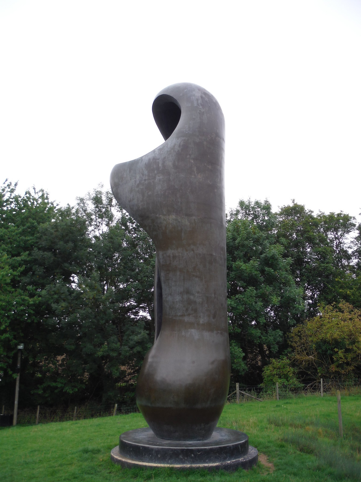 Large Upright Internal/External (1981-82), Sideview SWC Walk 164 Roydon to Sawbridgeworth via Henry Moore Foundation