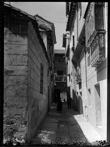 Esquina entre la Bajada del Colegio de Infantes y la Bajada del Pozo Amargo en Toledo hacia 1920. Fotografía de Enrique Guinea Maquíbar © Archivo Municipal de Vitoria-Gasteiz