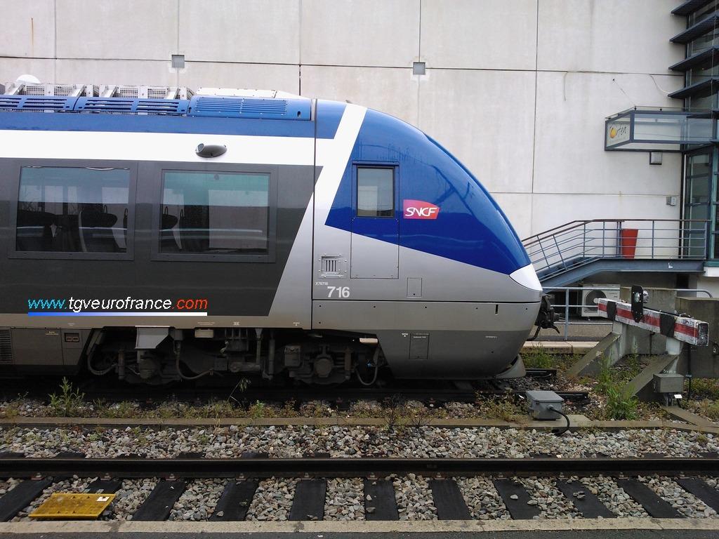 Vue de profil de la cabine paire d'un autorail thermique XGC de Bombardier Transport