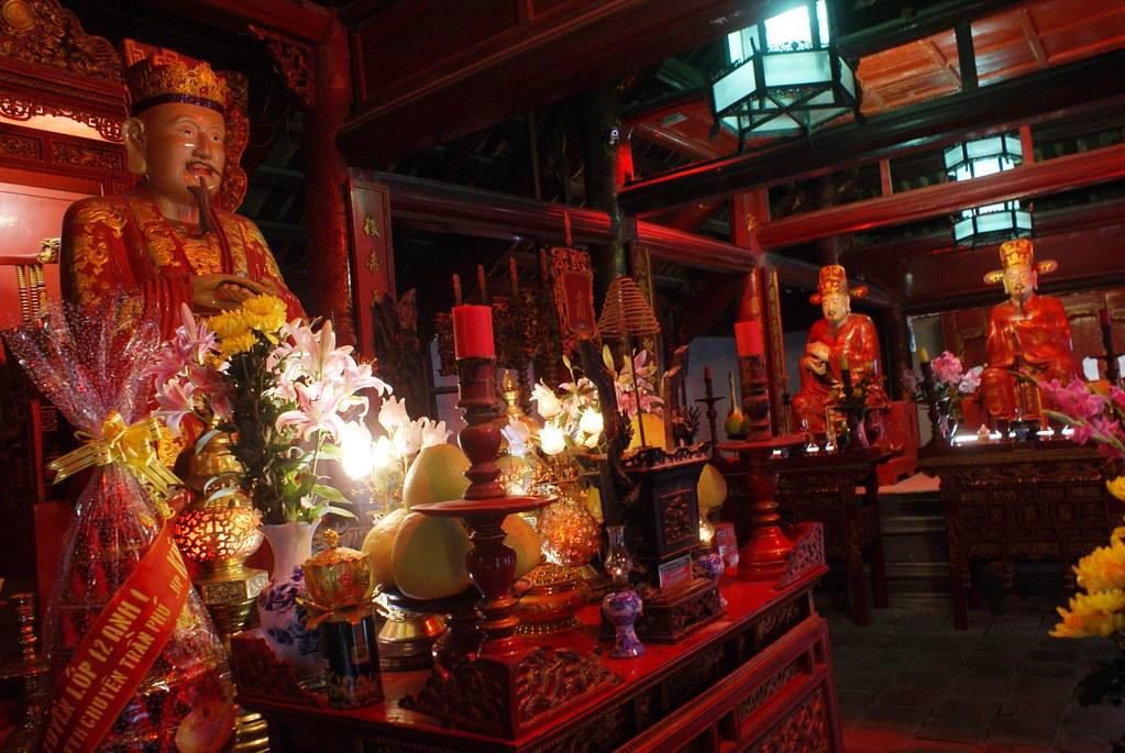 Statue de Confucius dans le Temple de la littérature d'Hanoi au Vietnam.