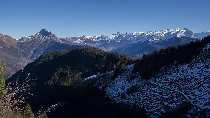Vue sur les Aravis et le Mont-Blanc