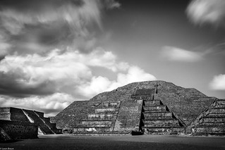 ภาพของ Teotihuacán ใกล้ Ampliación San Francisco. ancient ancientcivilization ancientculture architecture blackandwhite blackandwhitephotography clouds culture cultures explore famousplace indigenousculture landscape latinamerica mexico monument moonpyramid pyramid ruins sky teotihuacán tourist travel traveldestinations