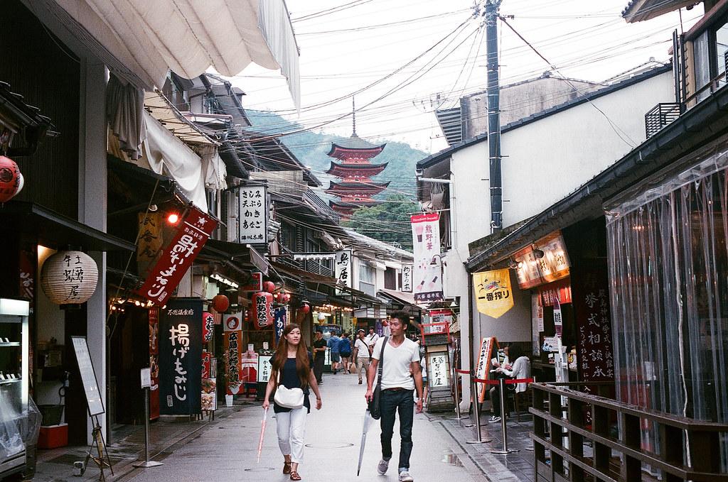 五重塔 嚴島(Itsuku-shima)広島 Hiroshima 2015/08/31 在巷弄間拍攝五重塔  Nikon FM2 / 50mm FUJI X-TRA ISO400 Photo by Toomore
