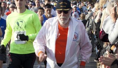 Vědci zkoumají 94letého muže, který doběhl 627 maratonů