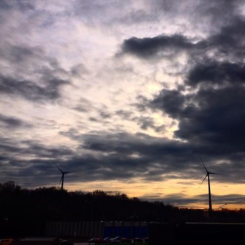 Ce matin à #houdeng #forem #formation #sky #skiesofinstagram #windmills #clouds #cloudsofinstagram