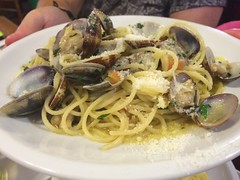 fish(0.0), linguine(0.0), produce(0.0), spaghetti alle vongole(1.0), spaghetti(1.0), seafood(1.0), pasta(1.0), clam sauce(1.0), spaghetti aglio e olio(1.0), food(1.0), dish(1.0), carbonara(1.0), cuisine(1.0),