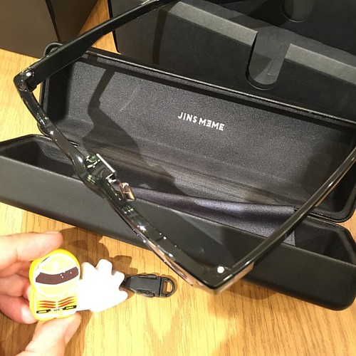 ケースの上蓋には「JINS MEME」の箔押しが。