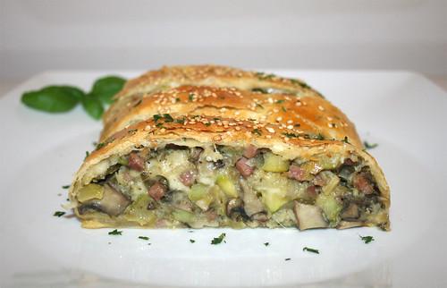 48 - Savoury zucchini strudel - Side view / Herzhafter Zucchini-Strudel - Seitenansicht