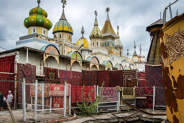 Carpets seles section in Izmailovsky flea market, Moscow, Russia モスクワ、ヴェルニサージュ(蚤の市)の絨毯売り場