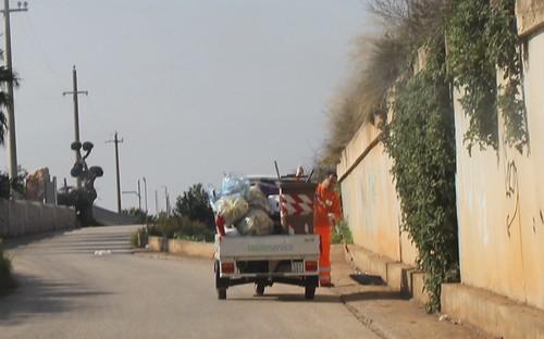 I netturbini devono togliere i sacchetti lanciati in strada dal finestrino delle auto