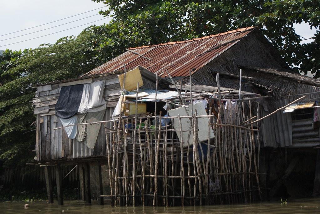 """Les habitation du """"bidonville"""" bordent les rives du Mekong surtout à proximité des grandes villes."""