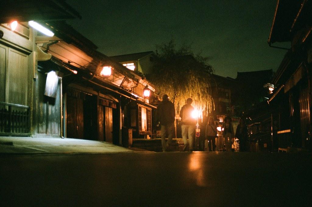 清水寺 夜間 京都 Kyoto 2015/09/24 把相機放在地上,因為沒有帶腳架。  這一天晚上沒有直接回到住的地方,而是跑來拍晚上的清水寺,因為沒有夜間參拜的關係,這裡太陽下山後店家就打烊了,整條路上就這樣安安靜靜的,我記得那時候才剛過晚上七點而已。  Nikon FM2 Nikon AI Nikkor 50mm f/1.4S AGFA VISTAPlus ISO400 0951-0006 Photo by Toomore