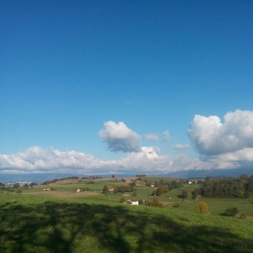 Un appareil photo de piètre qualité et les nuages font sur l'on ne distingue pas vraiment les montagnes en arrière plan. C'est dommage car la vue est magnifique.  #isere #38 #visitisere #igersisere #igersgrenoble #rhonealpes #auvergnerhonealpes #nature #n