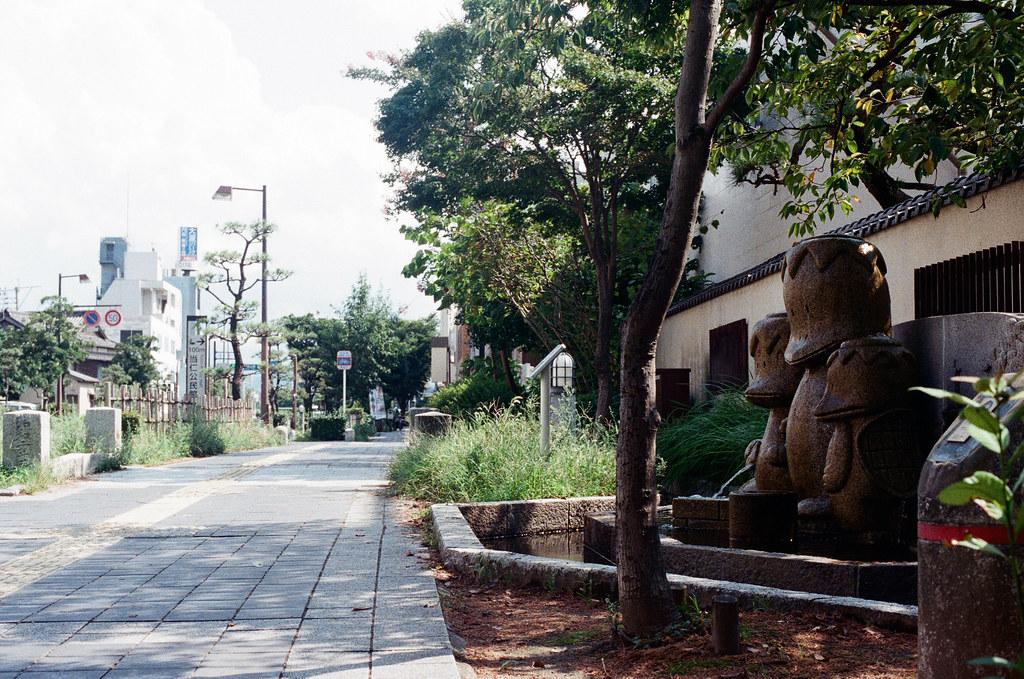 当仁小学校 福岡 Fukuoka 2015/09/03 這隻河童站在路邊。  Nikon FM2 / 50mm Kodak UltraMax ISO400 Photo by Toomore