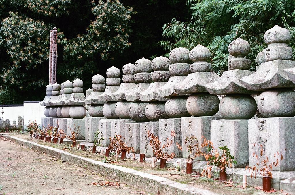 西國寺 尾道 おのみち Onomichi, Hiroshima 2015/08/30 這好像是墓碑,在西國寺後面三重塔旁邊。  Nikon FM2 / 50mm AGFA VISTAPlus ISO400 Photo by Toomore