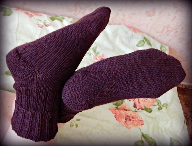 носки, связанные спицами сверху вниз, с клином на подошве и интересным мыском | ХорошоГромко.ру