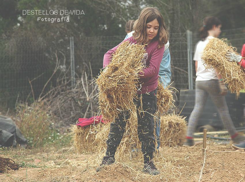 Mi niña trabajando y cuidando la tierra
