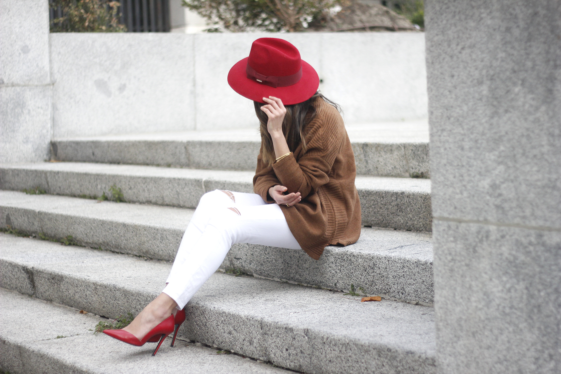 Turtleneck Sweater white jeans red heels red hat uterqüe outfit16