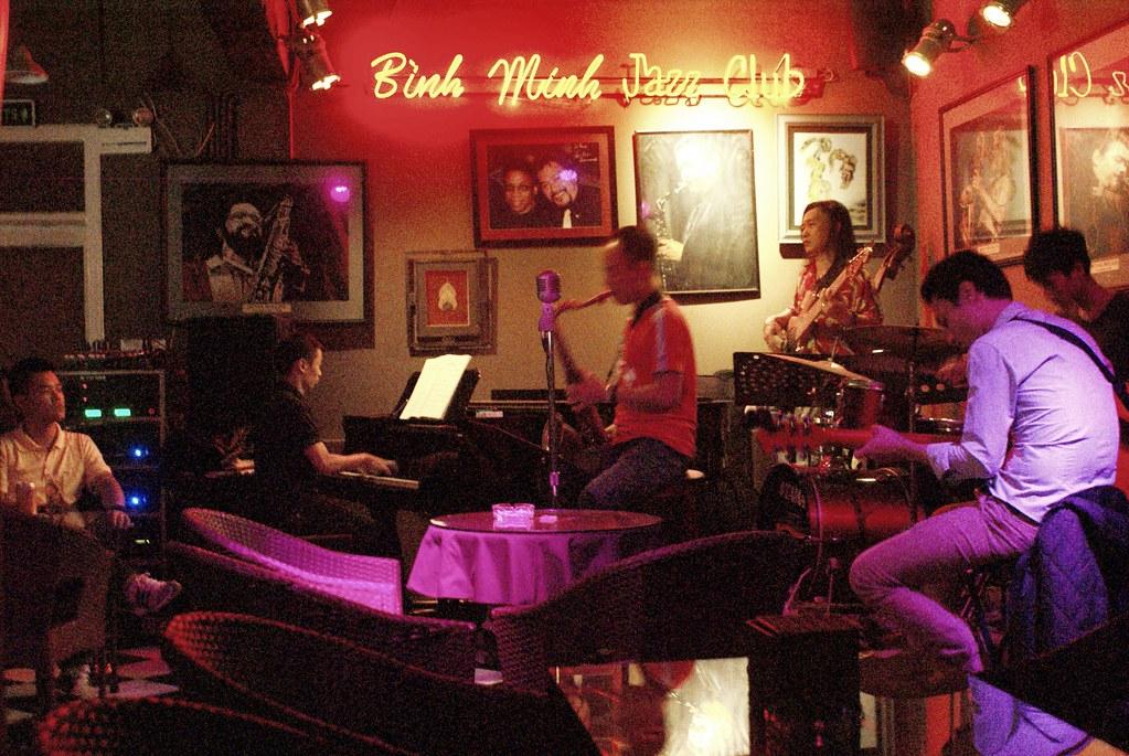 > Le Binh Minh jazz club à Hanoi au Vietnam pendant un concert.