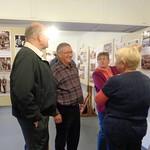 Adam Csonti führt die Besucher durch die Heimatausstellung