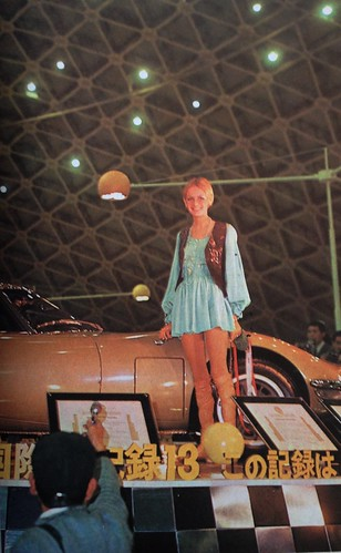 Scan - Twiggy and the Toyota 2000GT at the 13th Tokyo Motor Show (1967)