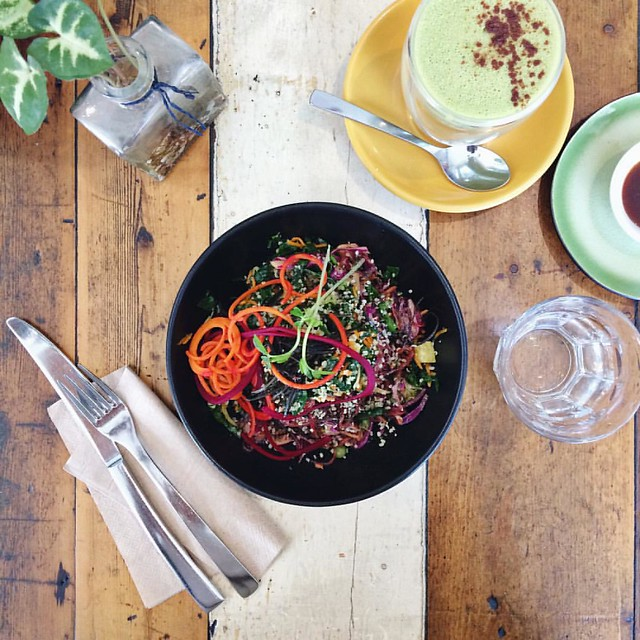 Free time btw appointments and events means an amazing salad and matcha almond latte for lunch - how have I never been to @earthtotablebondi before?? ? . . . In slightly related news I want everything on the menu (and in the dessert case :see_